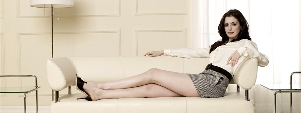 Anne-Hathaway-on-white-leather-couch-in-living-room